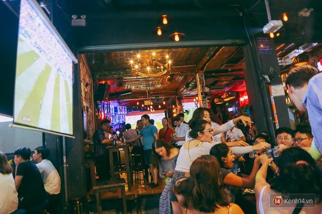 Phố Tây ở Sài Gòn chật kín trong ngày khai mạc World Cup 2018, khách Nga hò hét ăn mừng khi đội nhà thắng đậm - ảnh 17