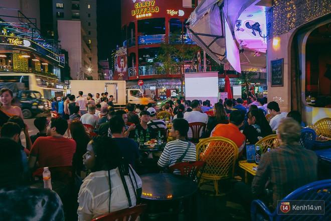 Phố Tây ở Sài Gòn chật kín trong ngày khai mạc World Cup 2018, khách Nga hò hét ăn mừng khi đội nhà thắng đậm - ảnh 11