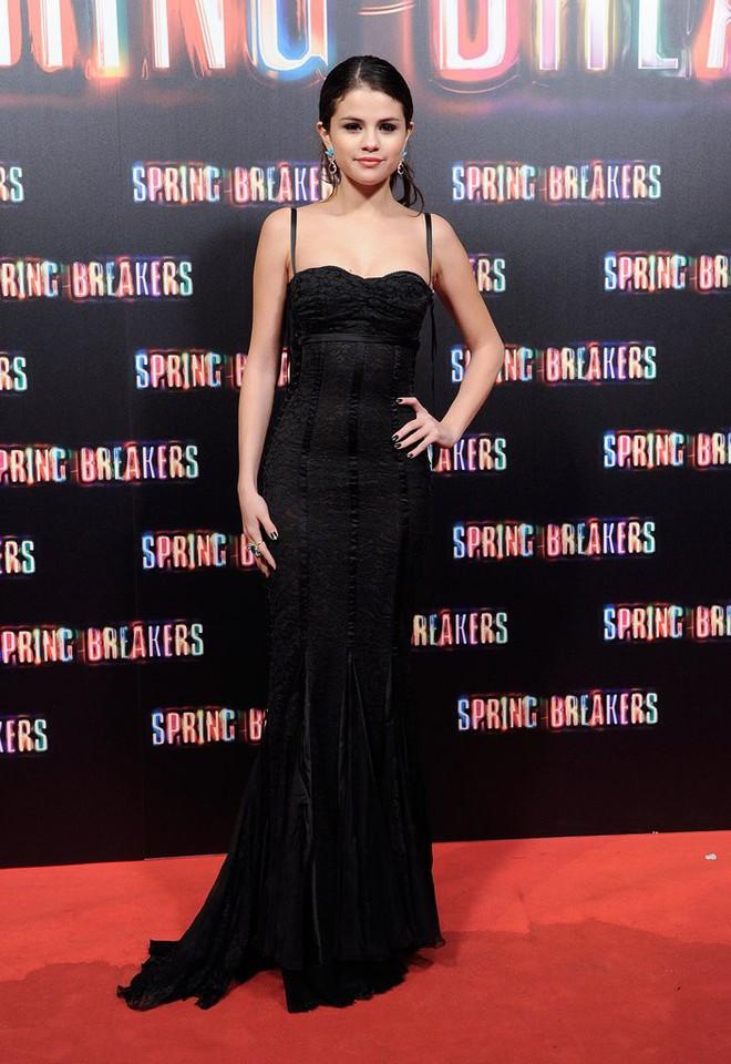 Dù có mặc váy của Dolce&Gabbana thì Selena Gomez vẫn bị Stefano Gabbana - NTK của hãng chê bai như thường - ảnh 8