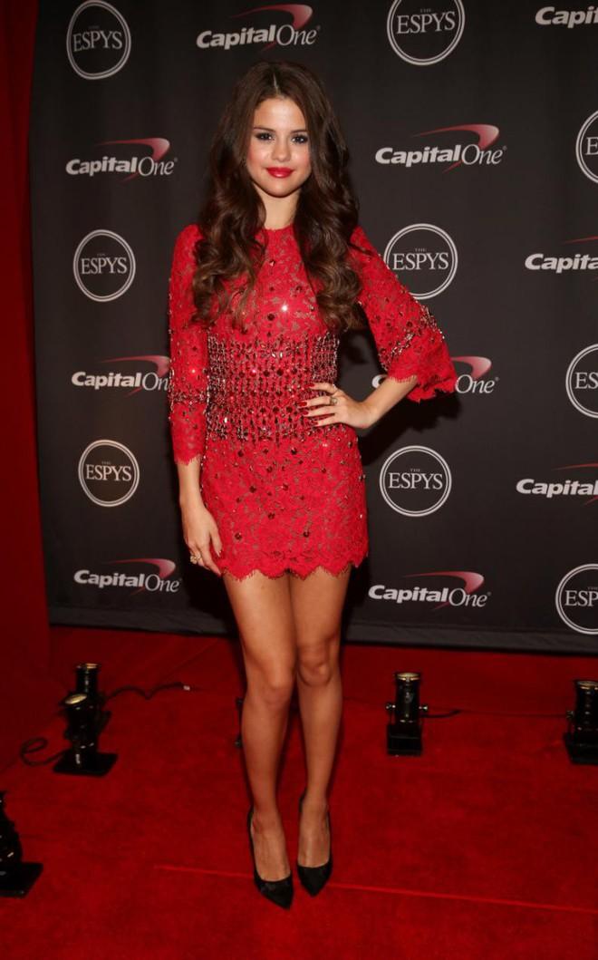 Dù có mặc váy của Dolce&Gabbana thì Selena Gomez vẫn bị Stefano Gabbana - NTK của hãng chê bai như thường - ảnh 9