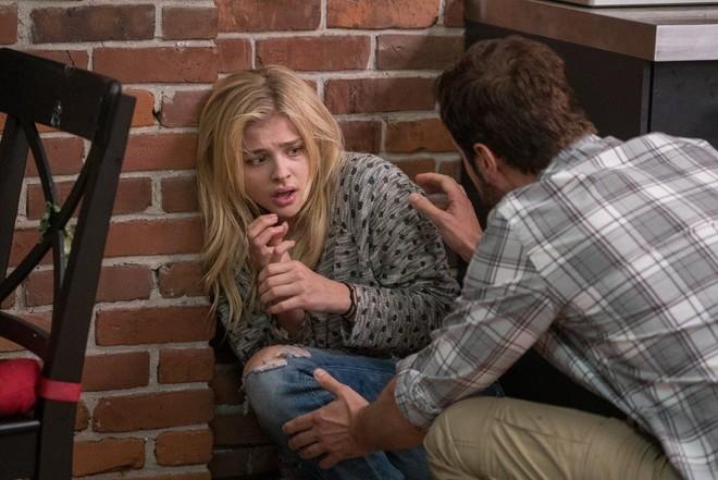 Gái xinh Chloe Grace Moretz mắc bệnh quái ác không có thuốc chữa trong Brain On Fire - Ảnh 4.