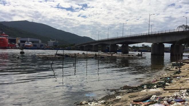 Đà Nẵng: Phát hiện thi thể người phụ nữ nổi trên sông Hàn, chân tay bị trói bằng dây thép, mặt bịt bằng túi nylon đen - ảnh 1
