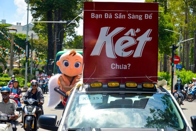 """Người Sài Gòn thích thú với dàn thần tình yêu đi """"xế siêu ngầu"""" vòng quanh thành phố - Ảnh 2."""