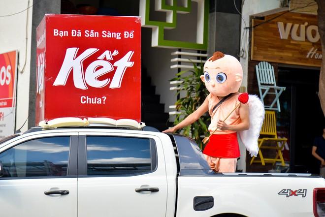 """Người Sài Gòn thích thú với dàn thần tình yêu đi """"xế siêu ngầu"""" vòng quanh thành phố - Ảnh 4."""