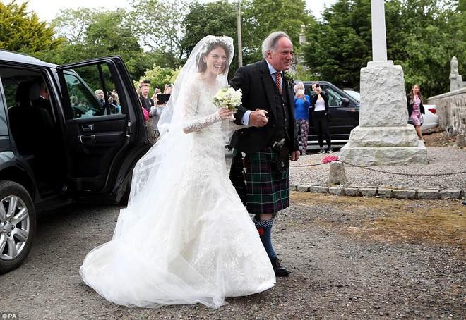 Loạt sao xúng xính váy áo dự đám cưới đẹp như mơ của Jon Snow và Ygritte phim Game of Thrones - ảnh 1