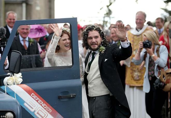 Loạt sao xúng xính váy áo dự đám cưới đẹp như mơ của Jon Snow và Ygritte phim Game of Thrones - ảnh 13