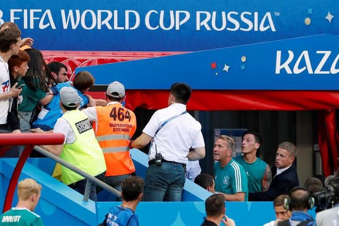 Mesut Ozil chửi nhau với CĐV Đức sau thất bại lịch sử - Ảnh 1.