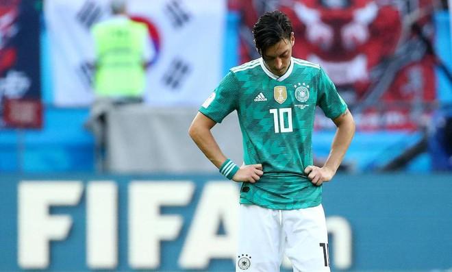Mesut Ozil chửi nhau với CĐV Đức sau thất bại lịch sử - Ảnh 2.