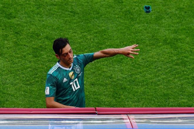 Mesut Ozil chửi nhau với CĐV Đức sau thất bại lịch sử - Ảnh 3.