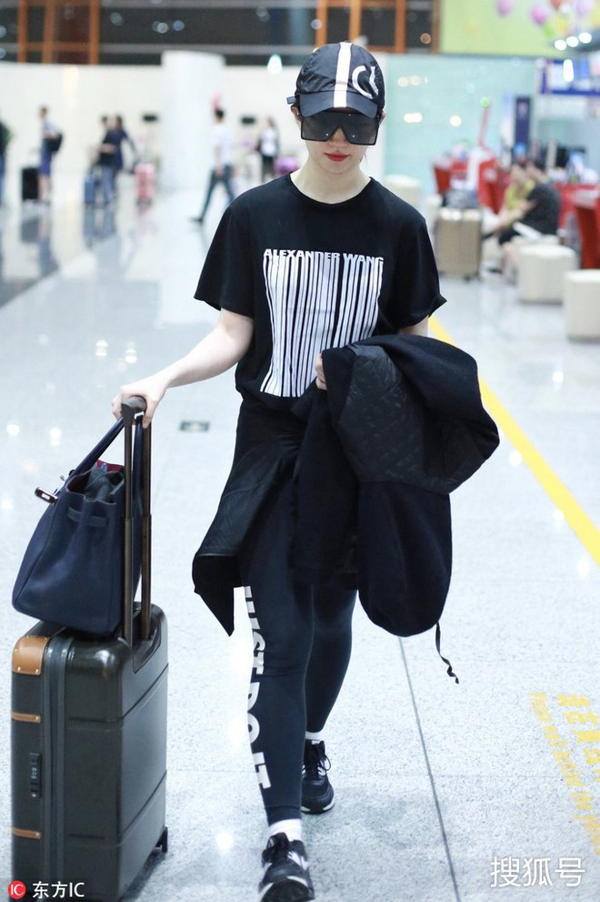 Lưu Diệc Phi diện đồ đen kín mít ra sân bay, nhưng khi bóc giá trang phục của cô thì ai cũng choáng - Ảnh 3.