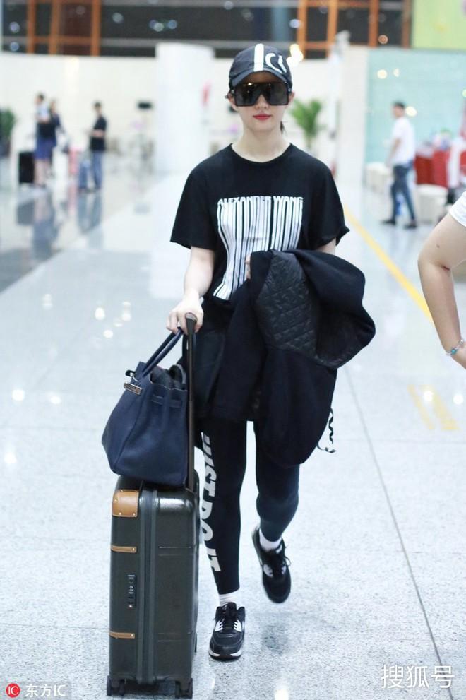 Lưu Diệc Phi diện đồ đen kín mít ra sân bay, nhưng khi bóc giá trang phục của cô thì ai cũng choáng - Ảnh 4.
