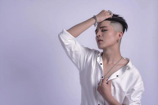 Bất ngờ trước ảnh mới nhất của Quang Anh (The Voice Kids): Mũi thon gọn, mặt trang điểm kĩ càng - Ảnh 1.