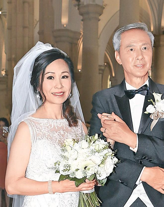 """Sao nam """"Lộc Đỉnh Ký"""" hạnh phúc tổ chức đám cưới ở tuổi 63, dàn sao TVB nô nức tới dự hôn lễ - Ảnh 1."""