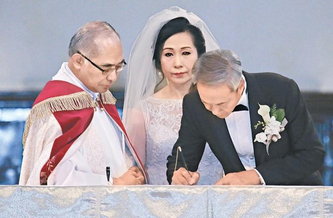 """Sao nam """"Lộc Đỉnh Ký"""" hạnh phúc tổ chức đám cưới ở tuổi 63, dàn sao TVB nô nức tới dự hôn lễ - Ảnh 5."""