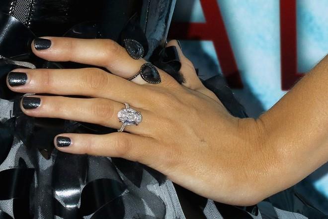 Nhẫn đính hôn 7 carat trị giá 9 tỷ đồng của Justin dành cho Hailey chói đến mức lóa mắt trên đường phố - ảnh 7