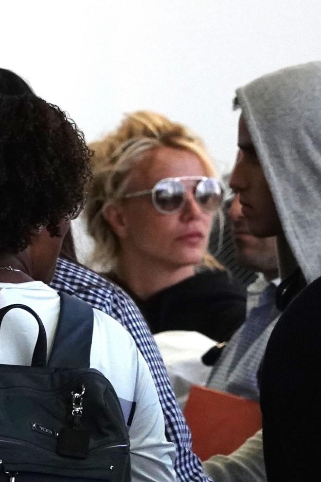 Xuề xòa hết sức ra sân bay, Britney Spears bị netizen Hàn dìm hàng tơi tả - ảnh 2