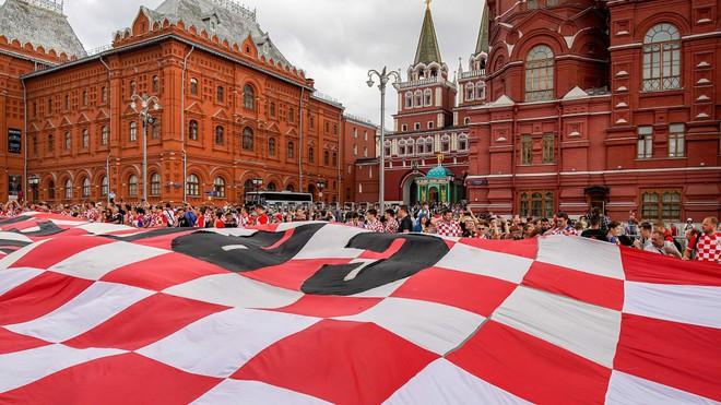 CĐV Croatia mừng phát điên khi đội nhà lần đầu tiên vào chung kết World Cup - Ảnh 1.