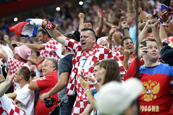 CĐV Croatia mừng phát điên khi đội nhà lần đầu tiên vào chung kết World Cup - Ảnh 6.
