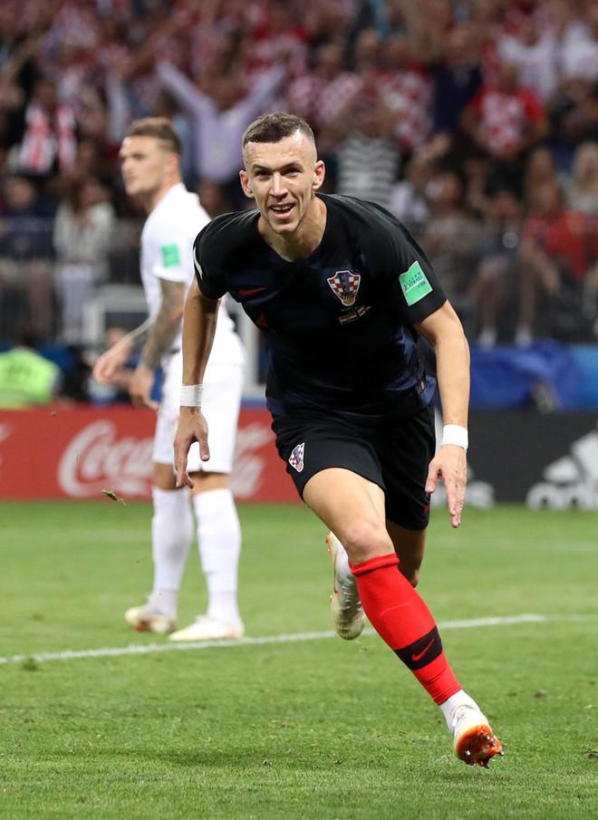 CĐV Croatia mừng phát điên khi đội nhà lần đầu tiên vào chung kết World Cup - Ảnh 5.