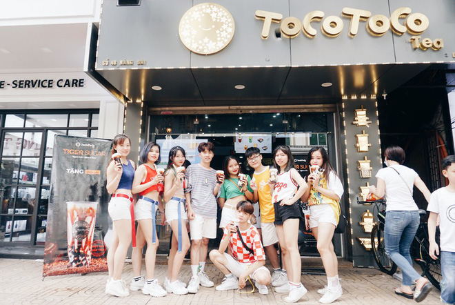"""Giới trẻ Hà thành """"quẩy"""" tung phố đi bộ với hàng nghìn ly trà sữa TocoToco miễn phí - ảnh 1"""
