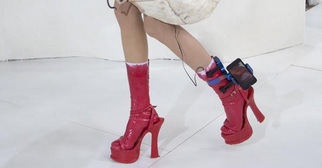 Thời trang khó đỡ thời công nghệ: Dùng luôn giá đỡ kẹp iPhone ở chân để khoe độ chất - ảnh 1