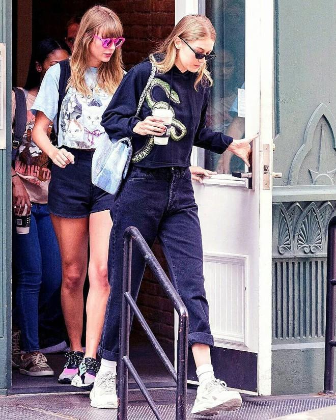 Taylor Swift hẹn hò đi chơi cùng Gigi Hadid trong lúc bạn thân Selena lộ mắt sưng húp - ảnh 1