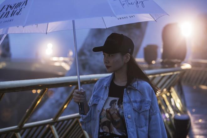 Soái tỷ Thanh Hằng đội mưa tập catwalk trên cây cầu đặc biệt có đôi bàn tay khổng lồ ở Đà Nẵng - ảnh 5