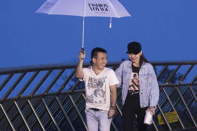 Soái tỷ Thanh Hằng đội mưa tập catwalk trên cây cầu đặc biệt có đôi bàn tay khổng lồ ở Đà Nẵng - ảnh 6