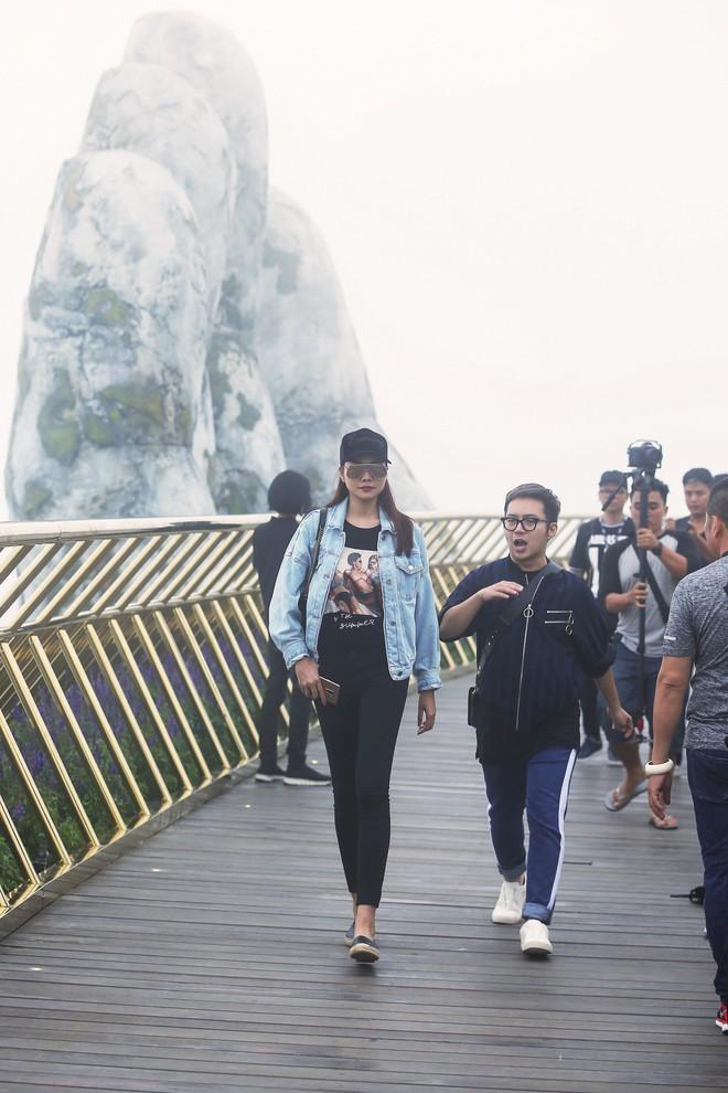 Soái tỷ Thanh Hằng đội mưa tập catwalk trên cây cầu đặc biệt có đôi bàn tay khổng lồ ở Đà Nẵng - ảnh 1