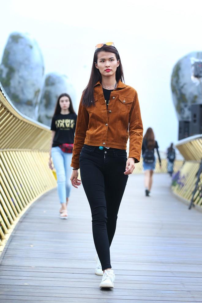 Soái tỷ Thanh Hằng đội mưa tập catwalk trên cây cầu đặc biệt có đôi bàn tay khổng lồ ở Đà Nẵng - ảnh 9