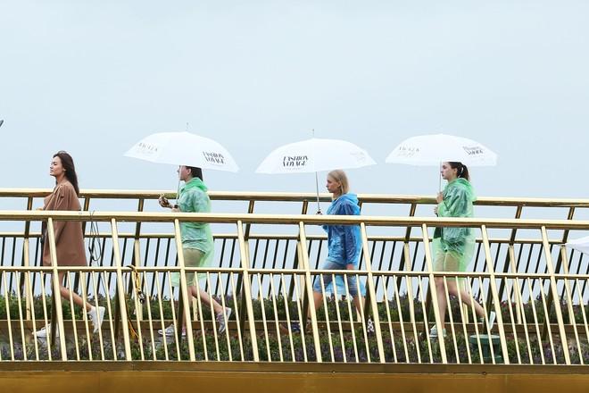 Soái tỷ Thanh Hằng đội mưa tập catwalk trên cây cầu đặc biệt có đôi bàn tay khổng lồ ở Đà Nẵng - ảnh 11