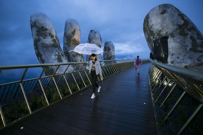 Soái tỷ Thanh Hằng đội mưa tập catwalk trên cây cầu đặc biệt có đôi bàn tay khổng lồ ở Đà Nẵng - ảnh 3