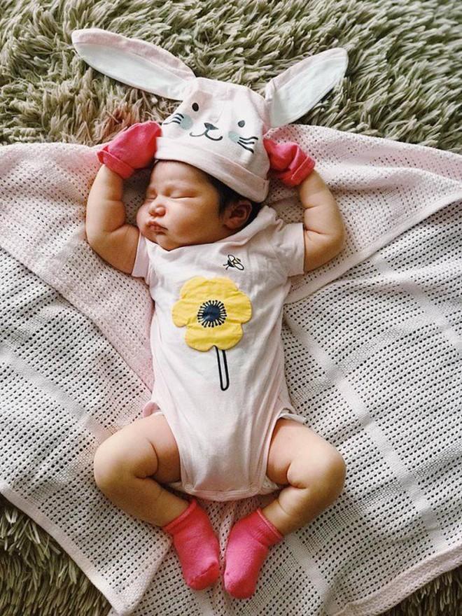 Cận cảnh gương mặt đáng yêu của con gái chưa đầy tháng tuổi nhà siêu mẫu Hà Anh - ảnh 5