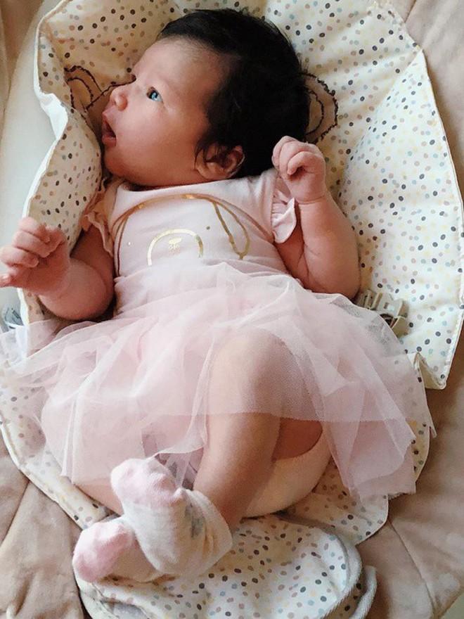 Cận cảnh gương mặt đáng yêu của con gái chưa đầy tháng tuổi nhà siêu mẫu Hà Anh - ảnh 3