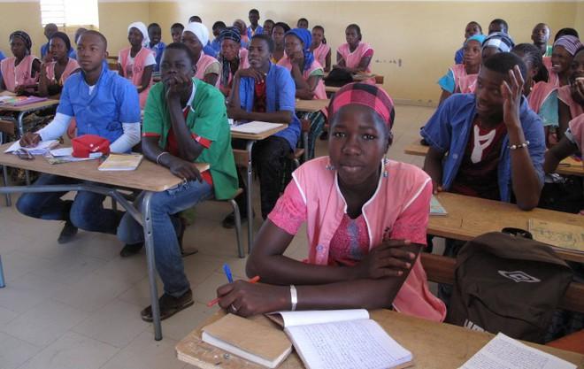 Gian lận thi cử, làm lộ đề thi trên mạng, hàng loạt giáo viên và học sinh ở Senegal bị bỏ tù - ảnh 1