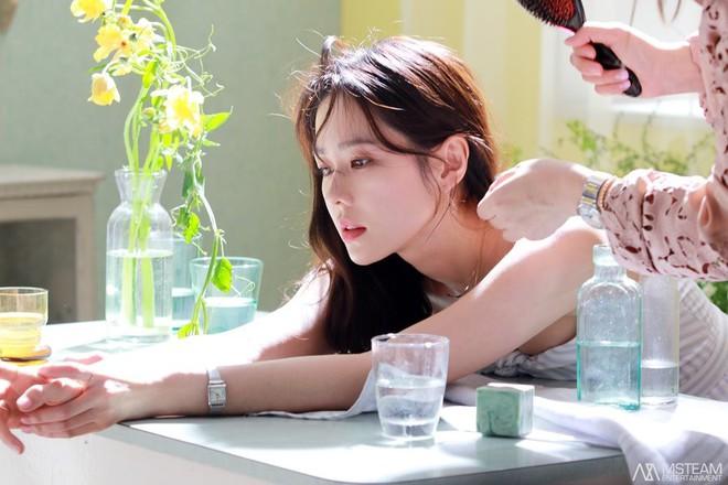 Hình hậu trường của Son Ye Jin chứng minh: Đã là tường thành nhan sắc thì bất chấp, không cần photoshop - ảnh 1