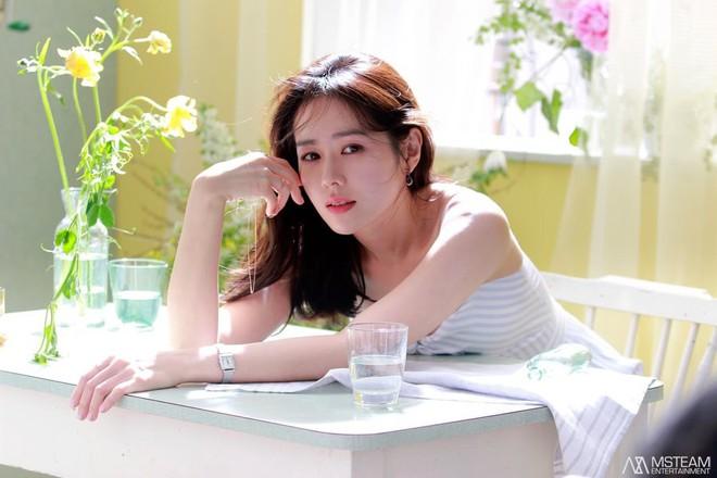 Hình hậu trường của Son Ye Jin chứng minh: Đã là tường thành nhan sắc thì bất chấp, không cần photoshop - ảnh 4