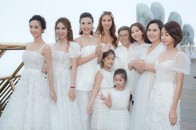 Dàn mỹ nhân Tháng năm rực rỡ diện váy mỏng trên độ cao 1.400m, cùng catwalk cho NTK Chung Thanh Phong - ảnh 1