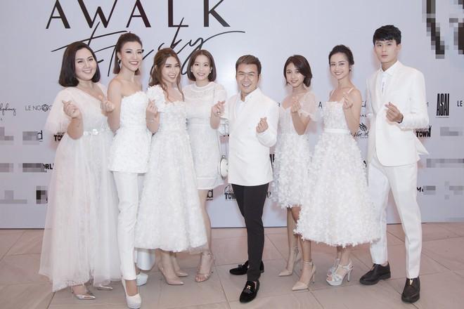 Dàn mỹ nhân Tháng năm rực rỡ diện váy mỏng trên độ cao 1.400m, cùng catwalk cho NTK Chung Thanh Phong - ảnh 4
