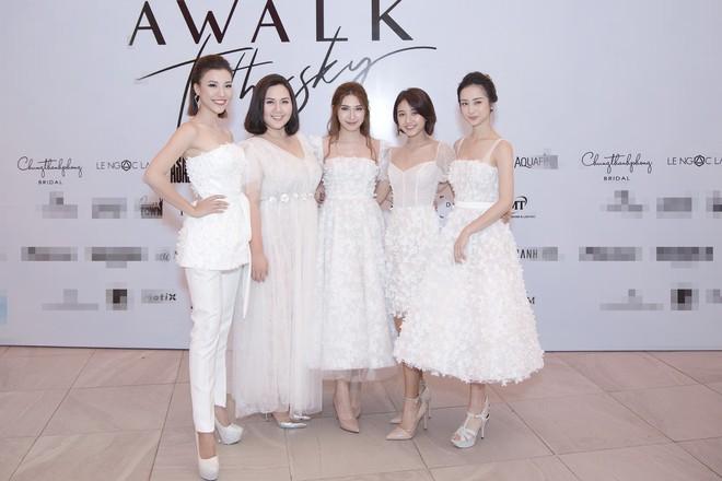 Dàn mỹ nhân Tháng năm rực rỡ diện váy mỏng trên độ cao 1.400m, cùng catwalk cho NTK Chung Thanh Phong - ảnh 3