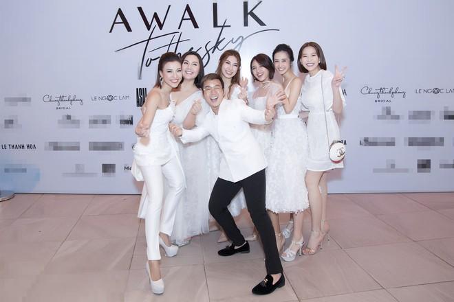 Dàn mỹ nhân Tháng năm rực rỡ diện váy mỏng trên độ cao 1.400m, cùng catwalk cho NTK Chung Thanh Phong - ảnh 5