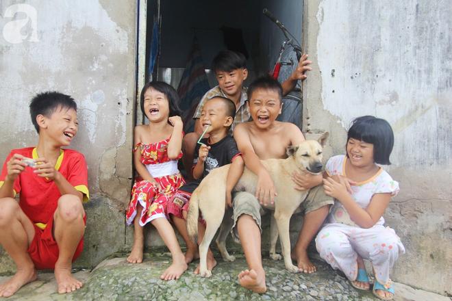 Phép màu đến với 8 đứa trẻ sống nheo nhóc bên bà ngoại già bại liệt: Tụi con ăn cơm với cá thịt và sắp được đến trường - ảnh 1