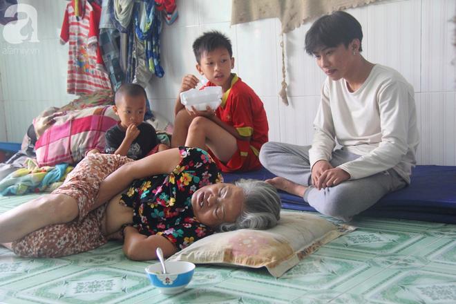 Phép màu đến với 8 đứa trẻ sống nheo nhóc bên bà ngoại già bại liệt: Tụi con ăn cơm với cá thịt và sắp được đến trường - ảnh 2