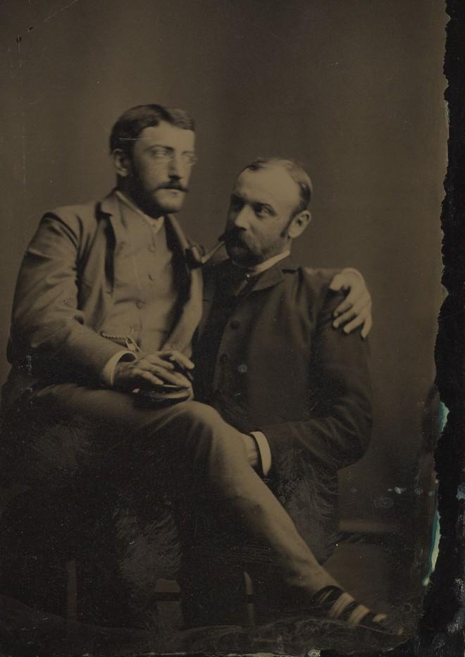 Loạt ảnh anh em thân thiết thế kỷ 19: Choàng vai bá cổ quá thường, phải ngồi vào lòng, nắm chặt tay và nhìn nhau đắm đuối cơ! - ảnh 1