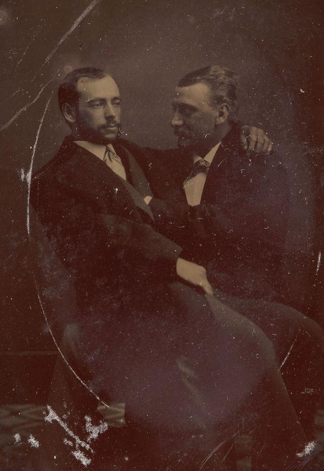 Loạt ảnh anh em thân thiết thế kỷ 19: Choàng vai bá cổ quá thường, phải ngồi vào lòng, nắm chặt tay và nhìn nhau đắm đuối cơ! - ảnh 8