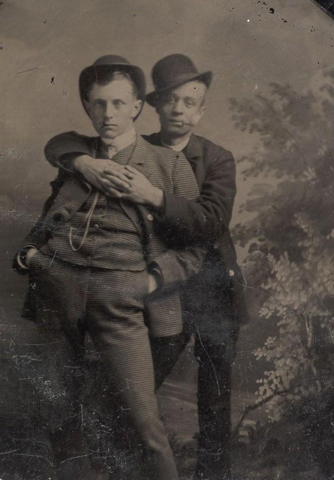 Loạt ảnh anh em thân thiết thế kỷ 19: Choàng vai bá cổ quá thường, phải ngồi vào lòng, nắm chặt tay và nhìn nhau đắm đuối cơ! - ảnh 9