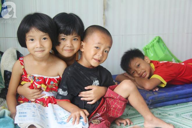Phép màu đến với 8 đứa trẻ sống nheo nhóc bên bà ngoại già bại liệt: Tụi con ăn cơm với cá thịt và sắp được đến trường - ảnh 3