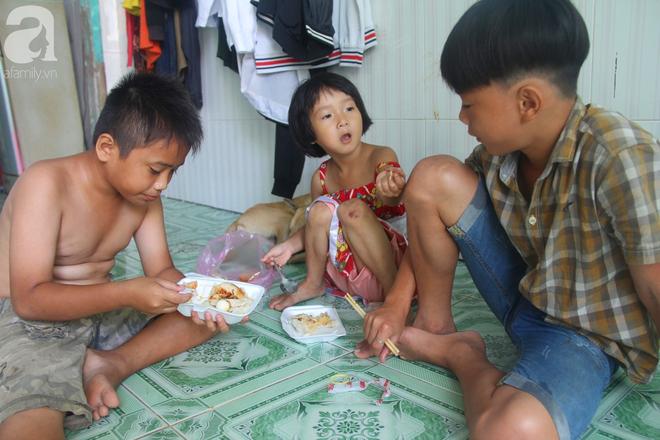 Phép màu đến với 8 đứa trẻ sống nheo nhóc bên bà ngoại già bại liệt: Tụi con ăn cơm với cá thịt và sắp được đến trường - ảnh 4
