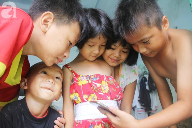 Phép màu đến với 8 đứa trẻ sống nheo nhóc bên bà ngoại già bại liệt: Tụi con ăn cơm với cá thịt và sắp được đến trường - ảnh 5