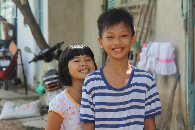 Phép màu đến với 8 đứa trẻ sống nheo nhóc bên bà ngoại già bại liệt: Tụi con ăn cơm với cá thịt và sắp được đến trường - ảnh 6